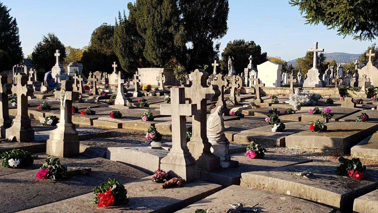 Temps de recueillement au cimetière de Loyasse