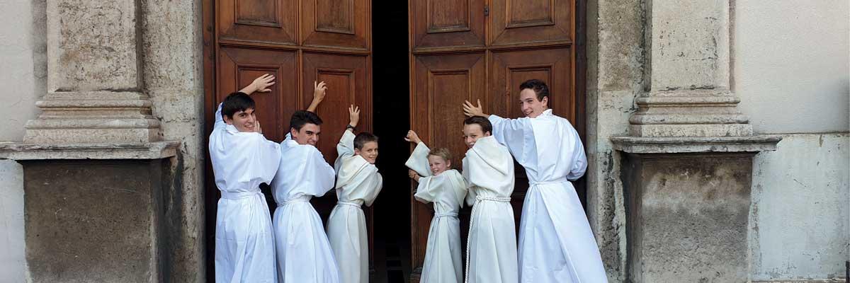 Servir la messe : des gestes techniques à l'initiation au Mystère